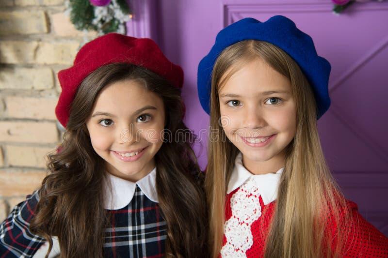 Edles Damenkonzept Lächelndes Gesicht der französischen Kleinkinder der Mädchen, das in den Hüten aufwirft Wie französisches Bare stockfoto
