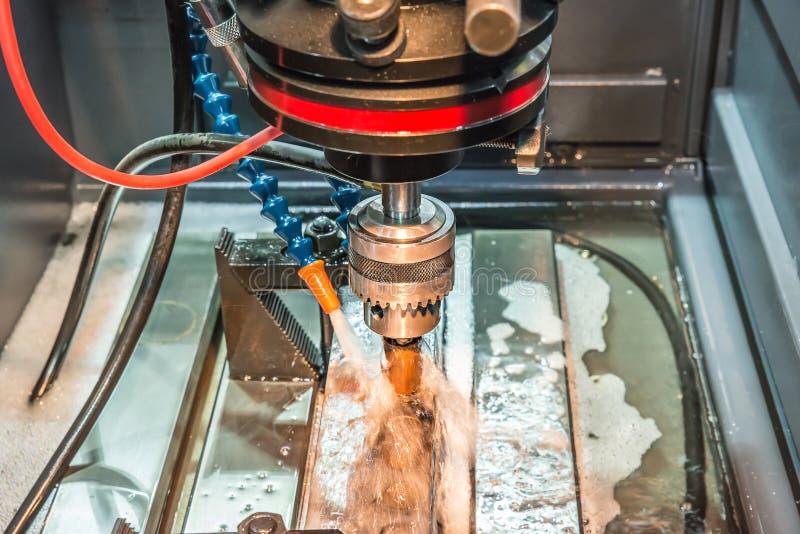 EDM maszynowy działanie z coolant zastrzykiem obraz royalty free