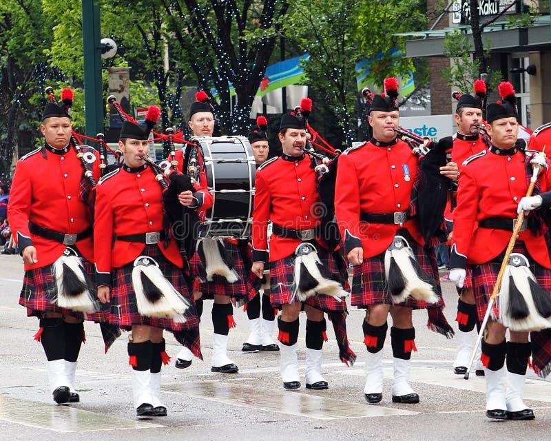 Edmonton brandmän leda i rör och trummar musikbandet i KDays ståtar i Edmonton Alberta arkivbilder
