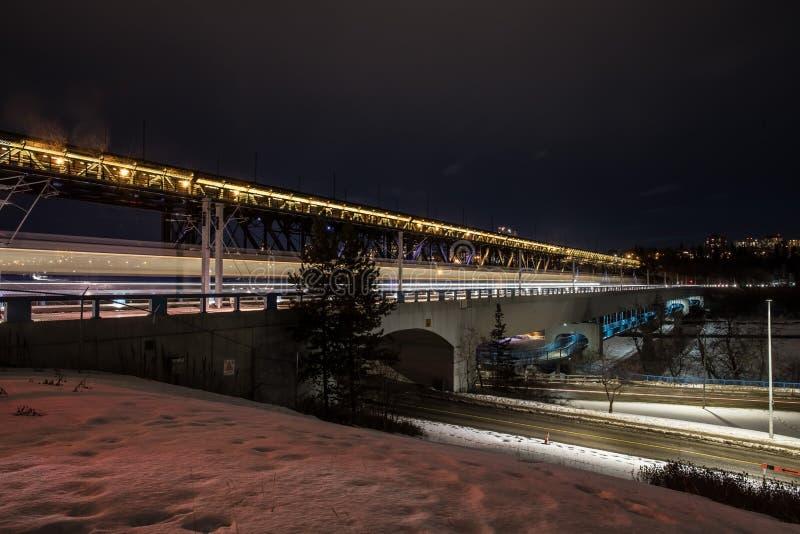 Edmonton Bridgess na noite imagem de stock royalty free