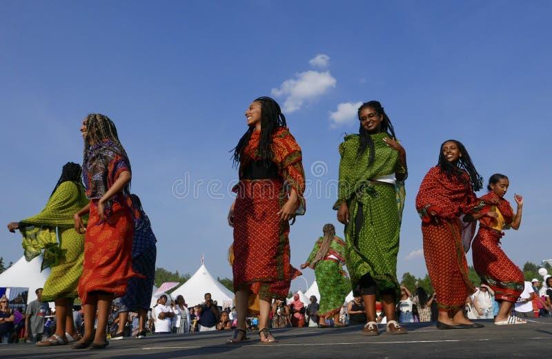 Edmonton, Canadá 6 de agosto de 2018: Os dançarinos executam no pavilhão de Eritreia e de Etiópia no festival da herança do ` s d imagem de stock