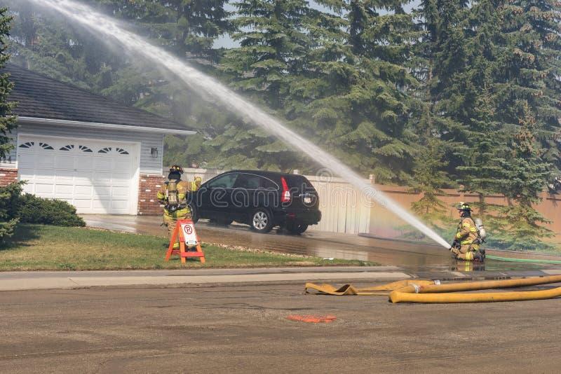 Edmonton, Canada, l'8 maggio 2016, squadra antincendi che posa fuoco o stabilita immagini stock