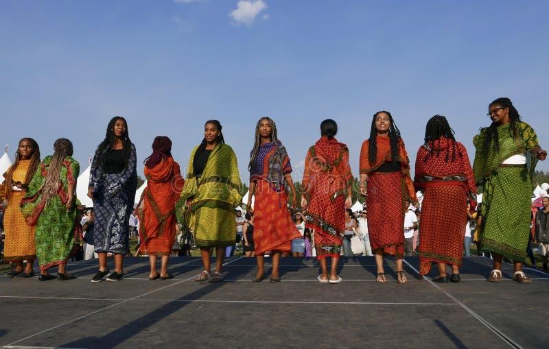 Edmonton Kanada-Augusti 6, 2018: Dansare utför på den Eritrea och Etiopien paviljongen på festivalen för arvet för Edmonton ` s royaltyfria bilder
