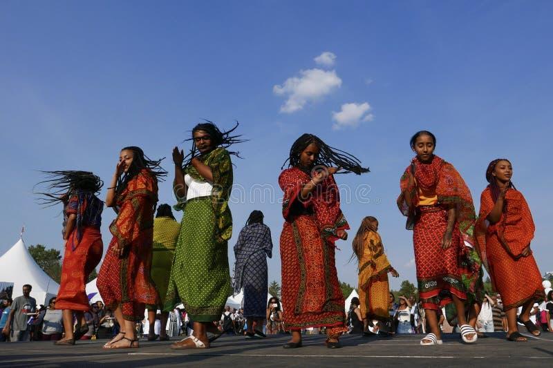 Edmonton Kanada-Augusti 6, 2018: Dansare utför på den Eritrea och Etiopien paviljongen på festivalen för arvet för Edmonton ` s royaltyfria foton