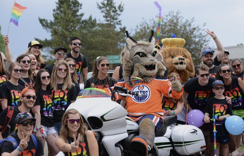 Edmonton, Kanada 9. Juni 2018: Pride Supporters At Edmonton-` s Pride Parade lizenzfreie stockfotos