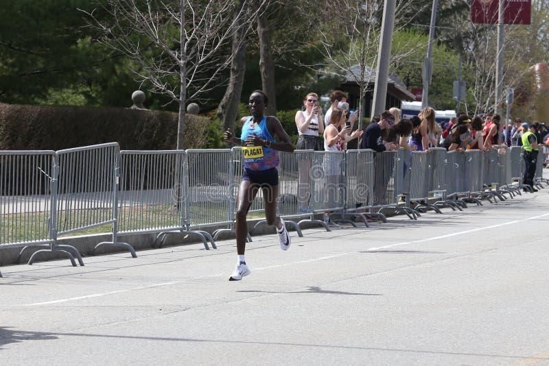 Edna Kiplagat de Kenya durante a maratona de Boston com um momento do 2:21: 17 de abril de 2017 52 em Boston [raça pública] fotografia de stock
