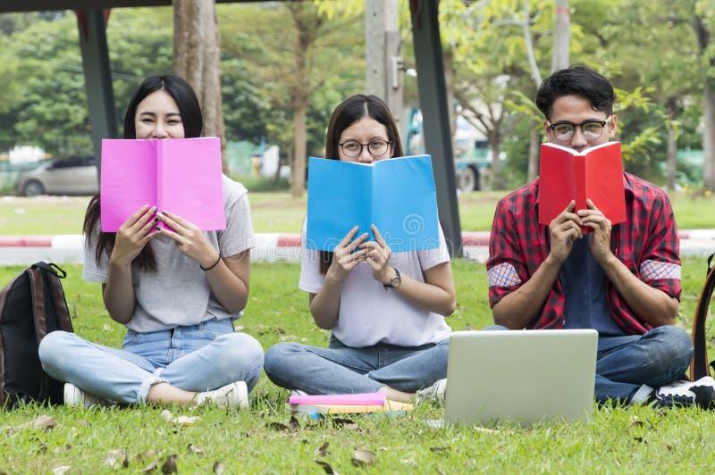 Educação asiática do grupo, terreno, amizade e conceito dos povos fotografia de stock