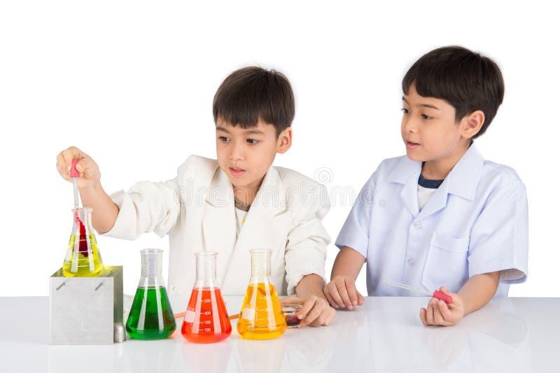 Educação da ciência do estudo do rapaz pequeno na sala de aula fotos de stock