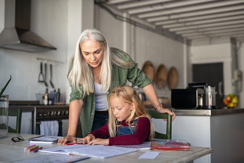 Educação de casa com avó imagens de stock royalty free