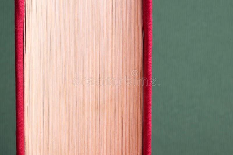Educação e conceito da leitura Único livro para o fundo minimalistic fotografia de stock royalty free