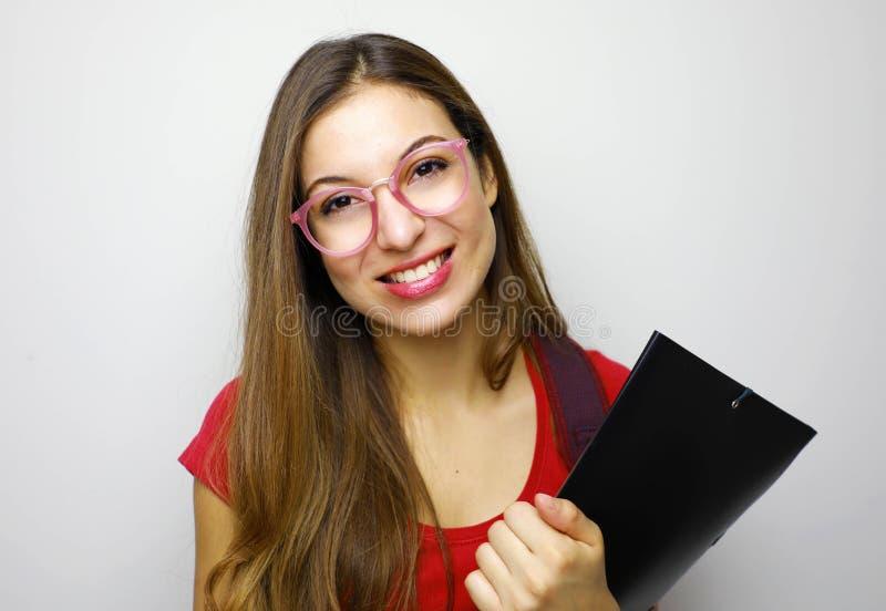 Educação e conceito dos povos - estudante de sorriso nos monóculos com saco e nos dobradores que estão no fundo branco fotos de stock