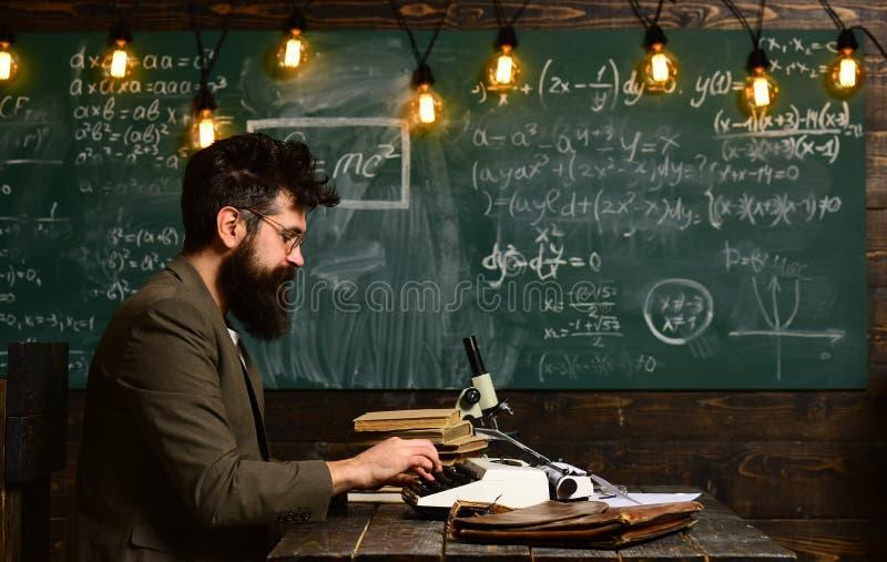 Educação e conceito home - o estudante forçado com livros, estudantes bem sucedidos é na maior parte criativo, estudantes univers fotos de stock