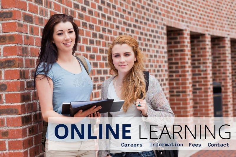Educação e estar de aprendizagem em linha do texto e das mulheres fotografia de stock royalty free