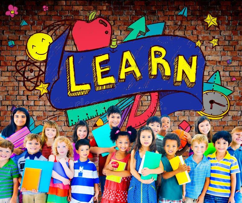 A educação escolar das crianças aprende o conceito dos jovens da sabedoria fotografia de stock