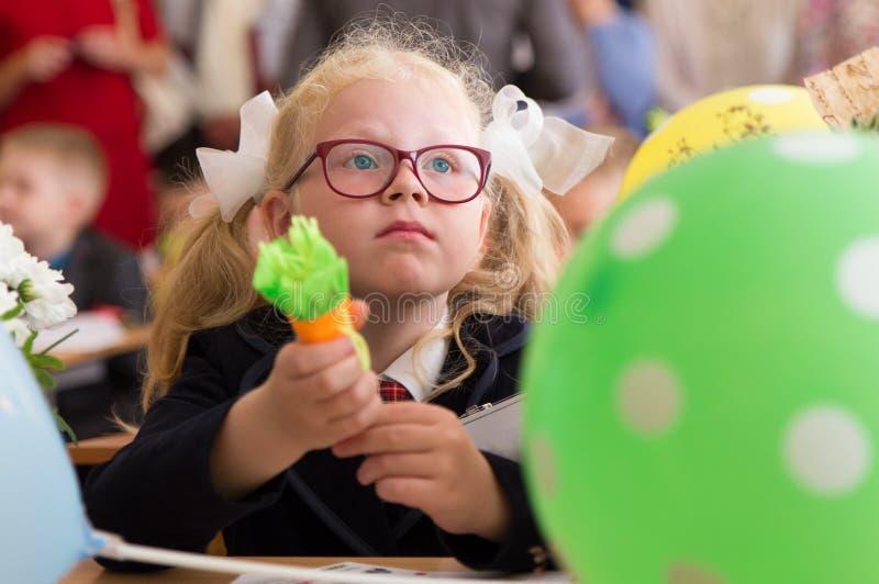 Educação escolar do russo primeiro dia dos primeiro-graduadores na escola foto de stock