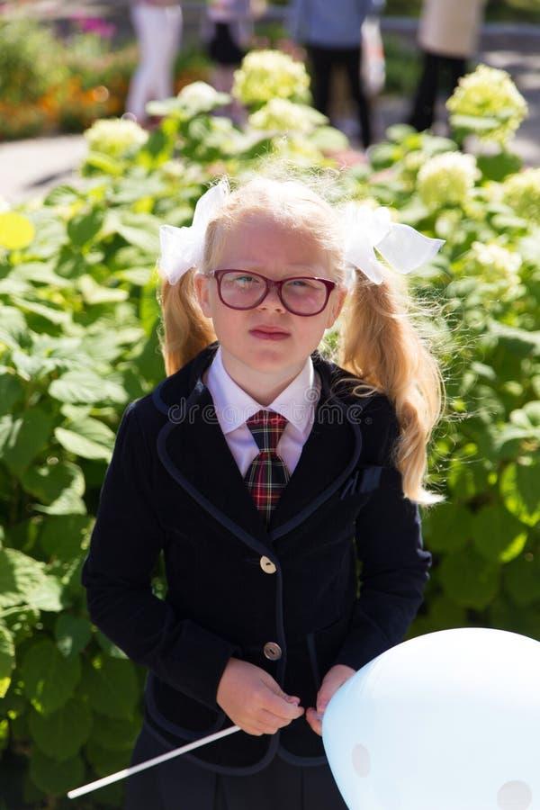 Educação escolar do russo primeiro dia dos primeiro-graduadores na escola fotografia de stock