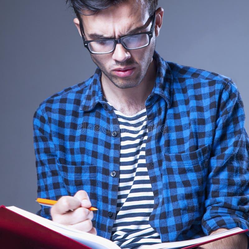 Educação Estudante masculino novo que prepara-se para exames imagens de stock royalty free