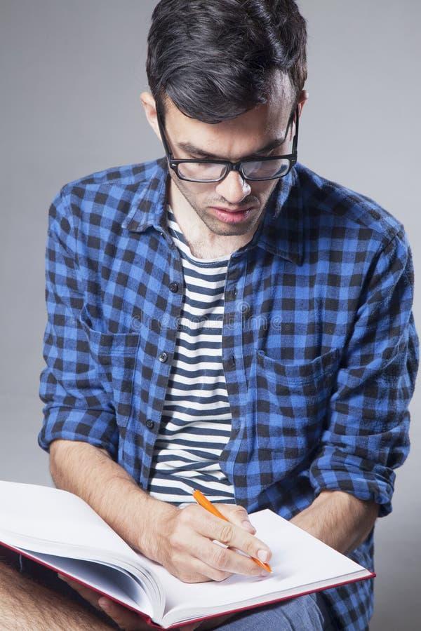 Educação Estudante masculino novo que prepara-se para exames imagem de stock