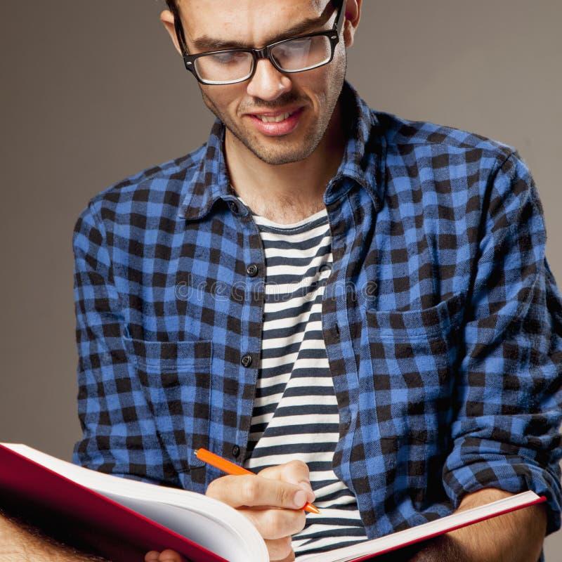 Educação Estudante masculino novo que prepara-se para exames developm do auto fotos de stock