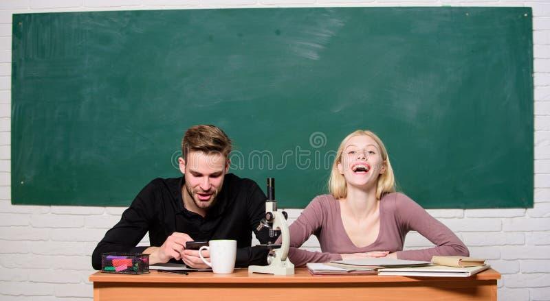 Educação home Escola moderna Dia do conhecimento Pares de homem e de mulher na sala de aula De volta à escola Estudante Life liçã foto de stock
