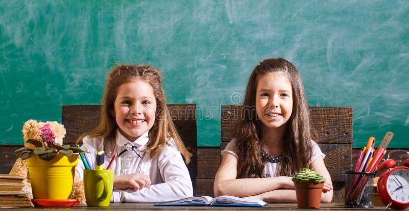 Educação Meninas da escola Lições da escola De volta à escola e ao conceito da infância De volta à escola Pouco primeiros graduad fotos de stock royalty free