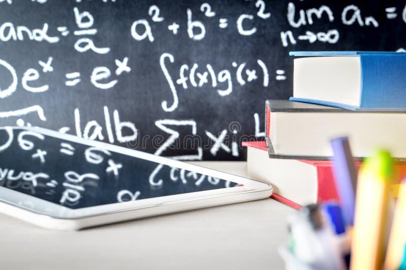 Educação moderna e e que aprendem ferramentas na tabela da sala de aula da escola fotografia de stock royalty free