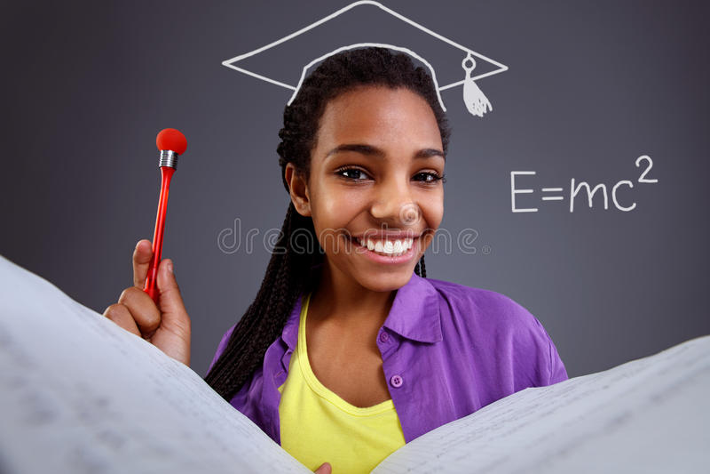 Educação na escola - estudante que faz equações da matemática foto de stock royalty free