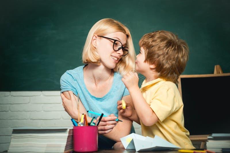 Educação ou escola privada de casa Professor f?mea e estudante na classe na escola Crian?a talentoso fotos de stock royalty free