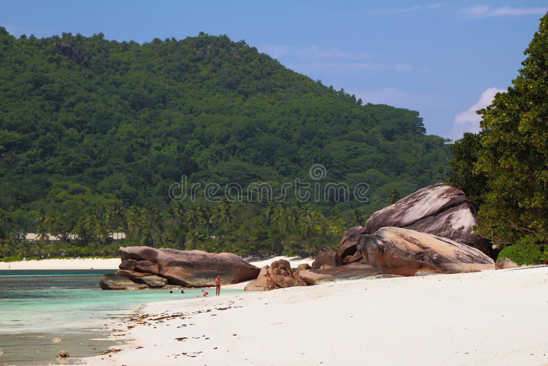 Educações do Sandy Beach e do basalto Baie Lazare, Mahe, Seychelles imagens de stock royalty free