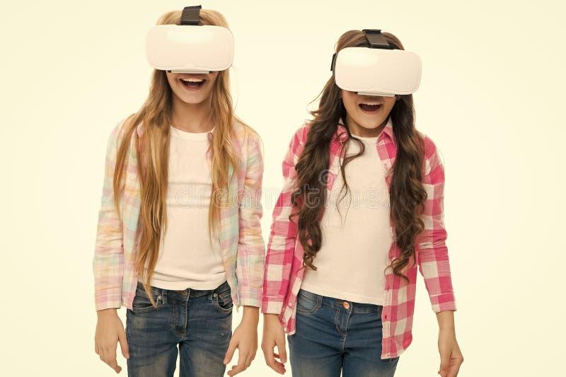 Educa??o virtual As crian?as vestem o hmd para explorar a realidade virtual ou aumentada Tecnologia futura As meninas interagem r imagens de stock