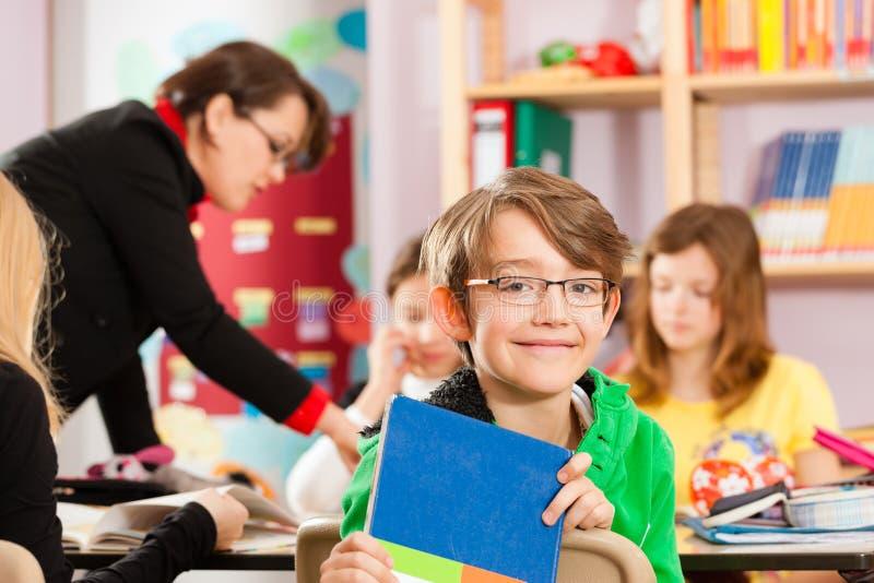 Educación - alumnos y profesor que aprenden en la escuela foto de archivo libre de regalías