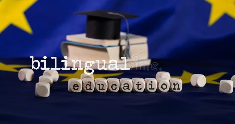 EDUCACIÓN BILINGÜE de las palabras integrada por letras de madera imagen de archivo