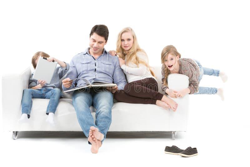 Educación de la familia Familia feliz que lee un libro imagen de archivo libre de regalías