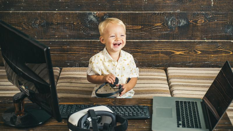 Educación del aprendizaje electrónico con la tecnología de la red de ordenadores para el pequeño niño El aprendizaje electrónico  imagen de archivo libre de regalías