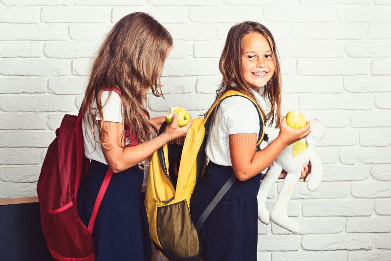 Educación del concepto de los niños y de la gente - niños o estudiantes felices con el libro en mochila imágenes de archivo libres de regalías