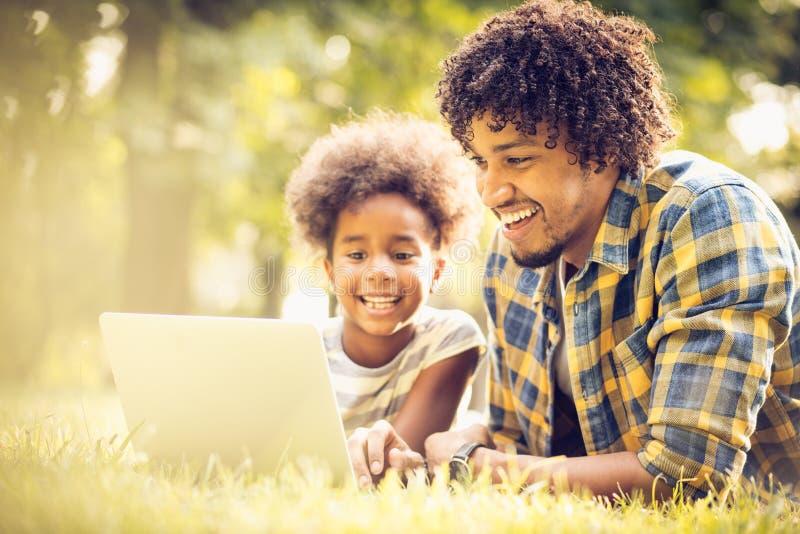 Educación en el ordenador imagen de archivo libre de regalías