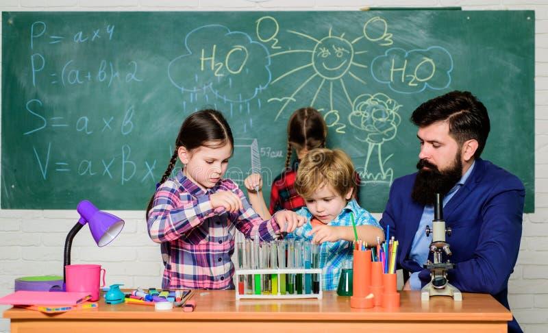Educación en los clubes escolares. Descubra y explore conjuntamente las propiedades de las sustancias. Interés y club temático. imagen de archivo