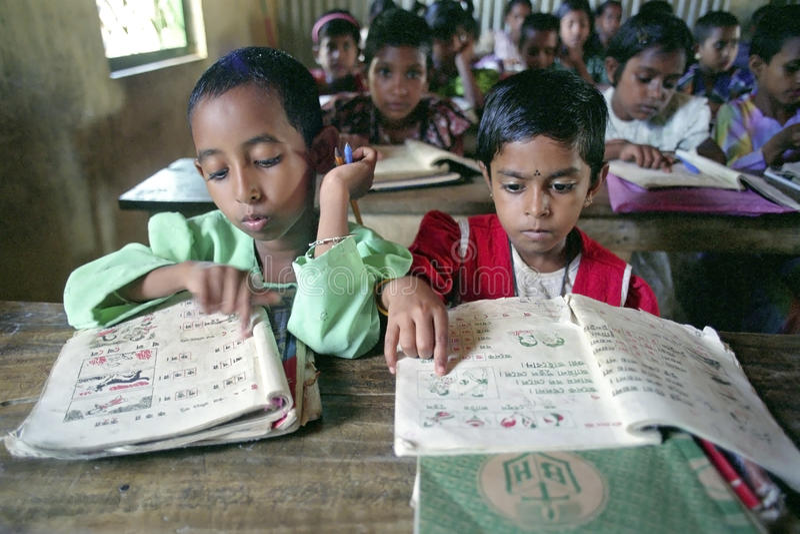 Educación, lección de lengua para las muchachas en sala de clase foto de archivo libre de regalías