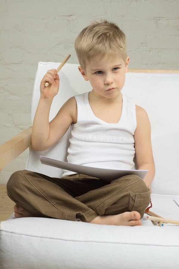 Educación - pensamiento del muchacho del niño foto de archivo