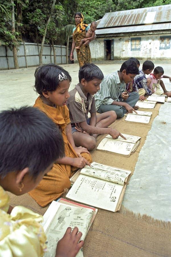 Educación primaria al aire libre para los niños de Bangladesh fotos de archivo