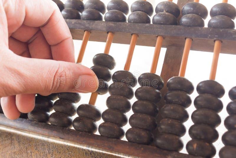Educación retra de las finanzas de la calculadora antigua vieja de la mano y del ÁBACO, fotos de archivo