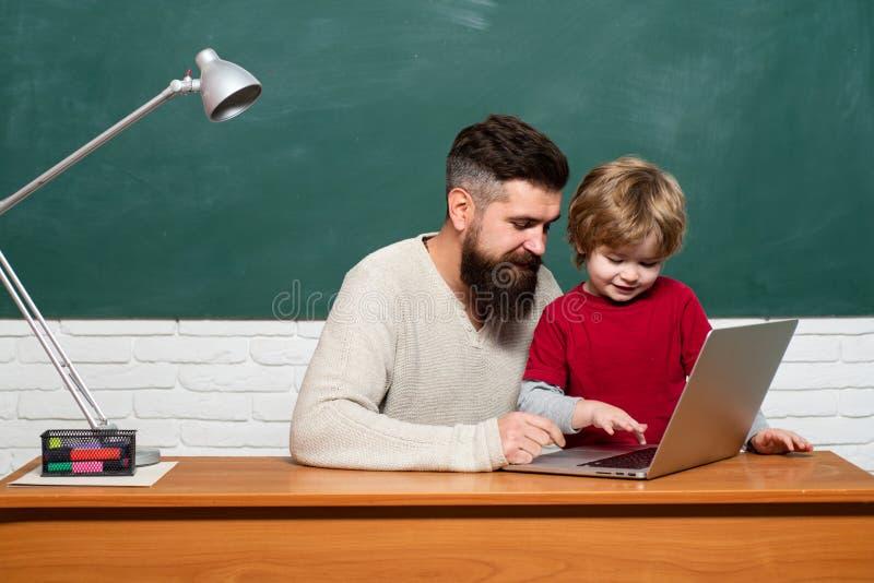 Educación y aprendizaje de concepto de la gente - pequeños muchacho y profesor del estudiante Concepto adulto joven Familia feliz imágenes de archivo libres de regalías