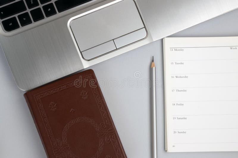 Educación y concepto del negocio Planificador con los libros, el cuaderno y el lápiz imagenes de archivo