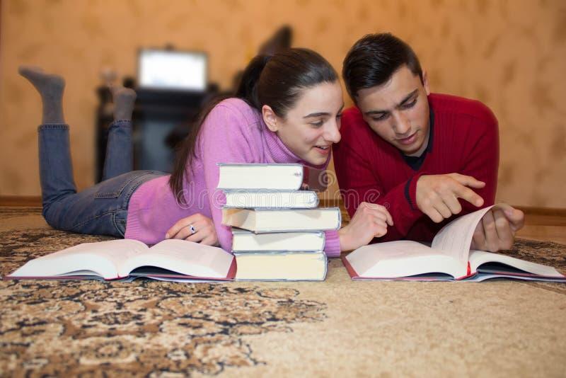 Educación y desarrollo de las habilidades de la vida Los niños leyeron los libros fotografía de archivo libre de regalías