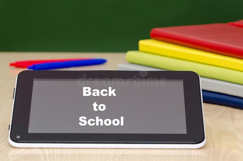 Educaci?n con la tableta De nuevo a concepto de la escuela imagenes de archivo