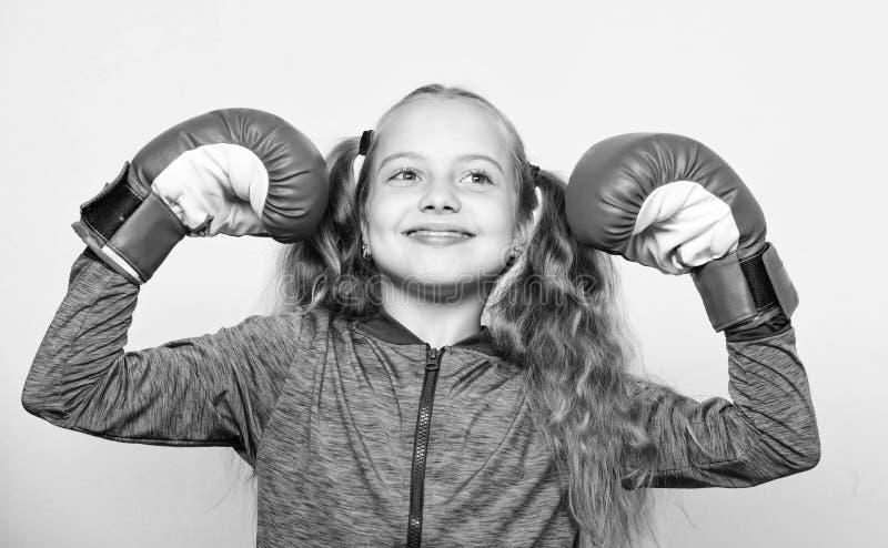 Educaci?n para el l?der Boxeo fuerte del ni?o Concepto del deporte y de la salud Deporte de encajonamiento para la hembra Educaci foto de archivo