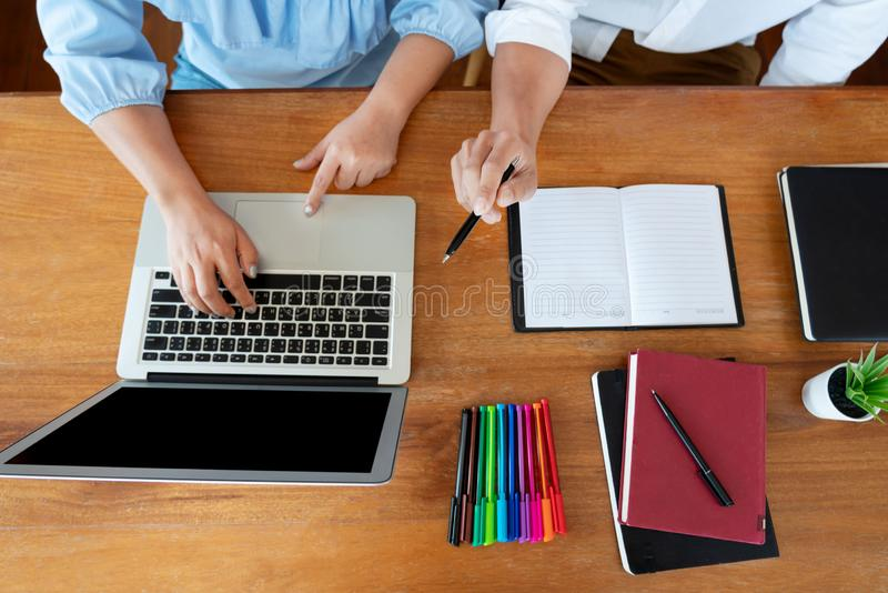 Educaci?n y concepto de la escuela, campus de los estudiantes o compa?eros de clase aprendiendo al amigo que alcanza de las clase imagen de archivo