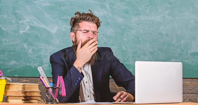 Educadores subrayados m?s en el trabajo que la gente media Cansancio de alto nivel El trabajo de agotamiento en escuela causa can foto de archivo