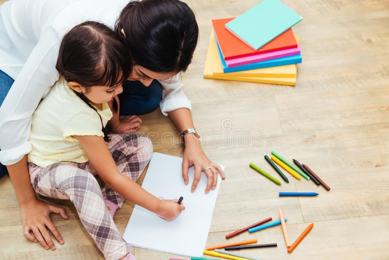 Educati feliz do professor do desenho do jardim de infância da menina da criança da criança da família imagem de stock