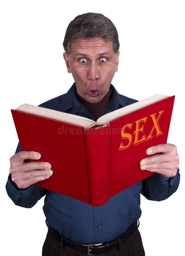 Educazione sessuale, libro di lettura scosso divertente dell'uomo fotografie stock